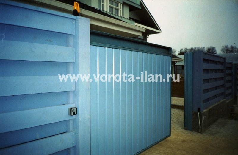 Откатные ворота, зашитые профильным листом голубого цвета (фото 2)