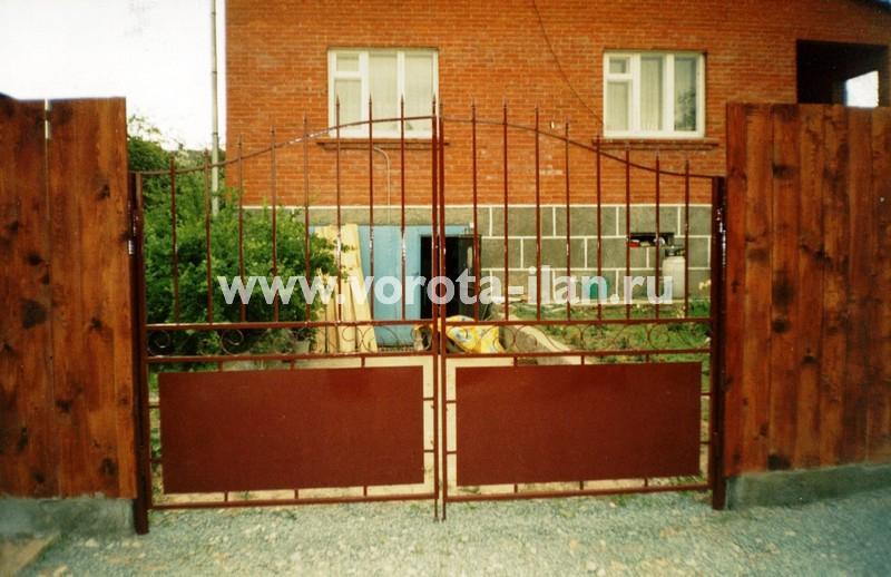Распашные ворота фигурные полупрозрачные с деревянным забором_фото 1
