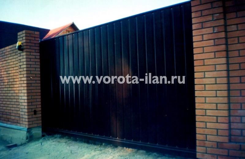 ворота откатные_тёмно-коричневые на кирпичных столбах