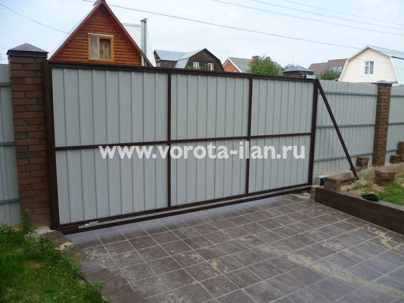 ворота откатные_темный кирпичный забор_фото 13