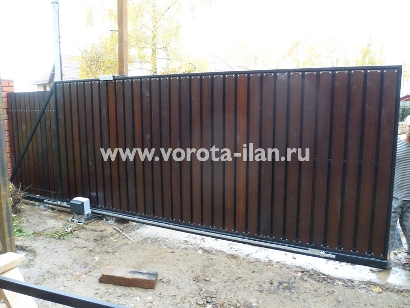 Ворота откатные_обшивка натуральное дерево тёмное_фото 2