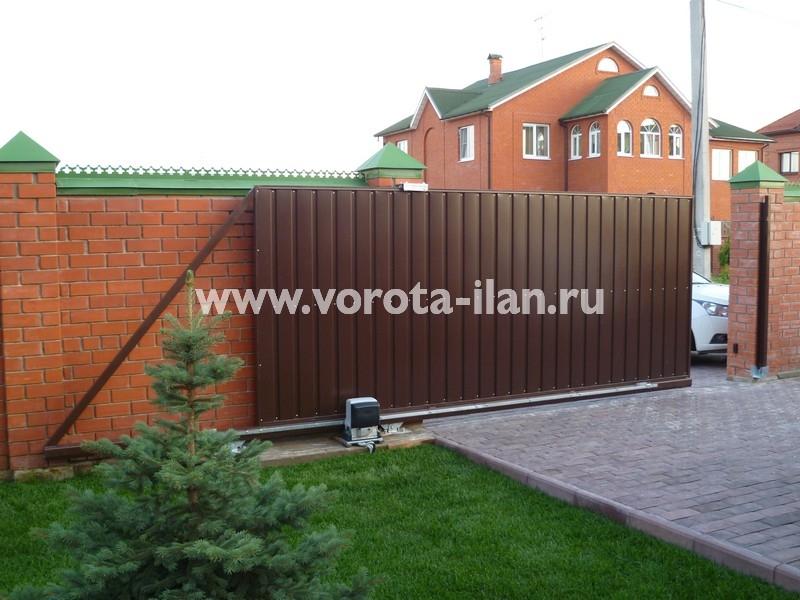 Ворота откатные коричневые_кирпичный забор_фото 3