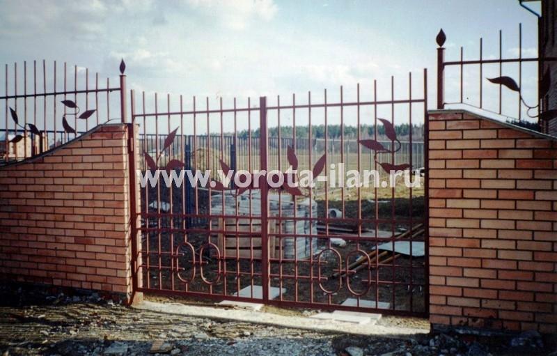 Ворота распашные и забор с элементами ковки