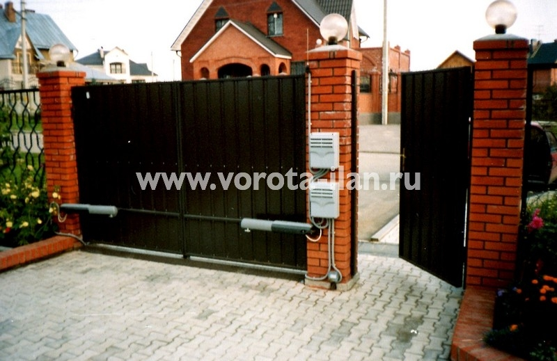 Ворота распашные с кирпичными столбами_фото 1