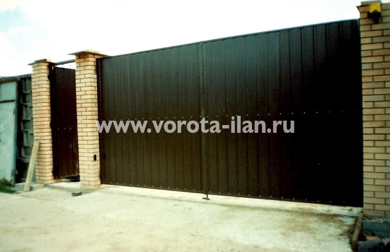 Ворота распашные коричневые со светлыми кирпичными столбами_фото 2