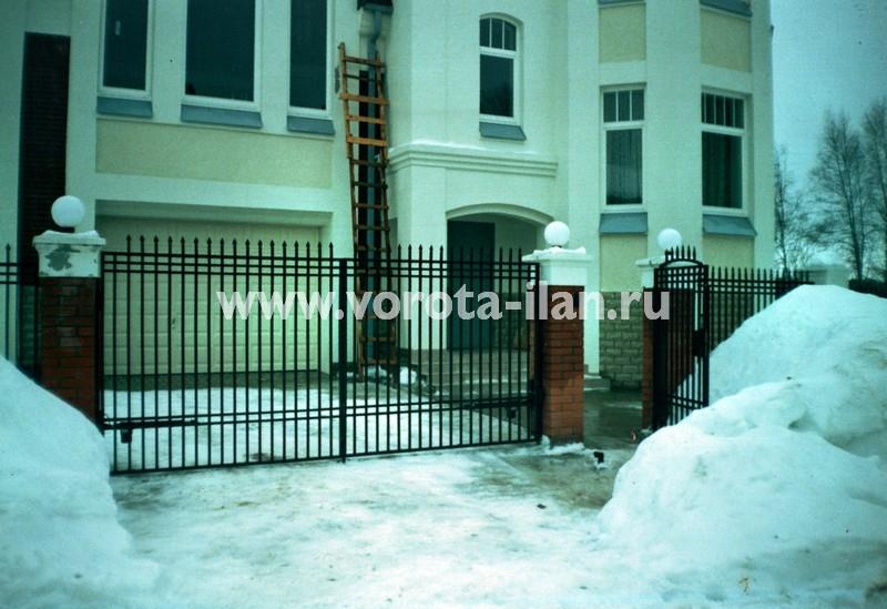 Ворота распашные_прозрачные_каменные столбы