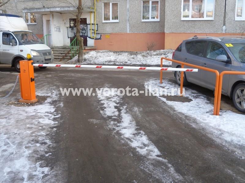Москва_шлагбаум подъёмный во дворе_фото 2