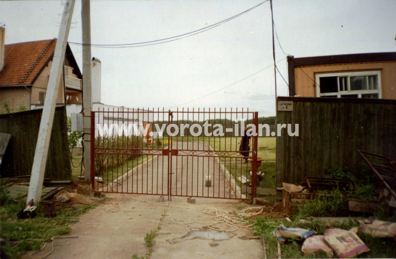 Распашные ворота прозрачные с декоративными элементами