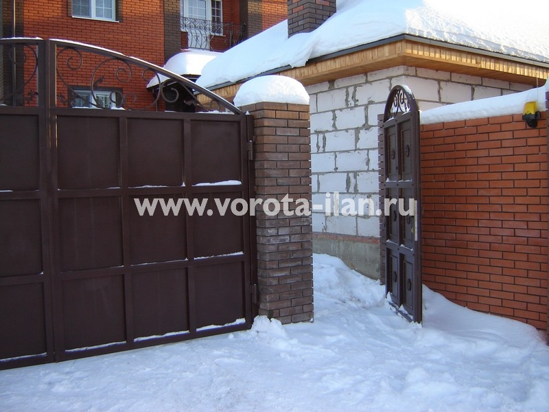 Ворота распашные тёмно-коричневые с декоративной отделкой_фото 3