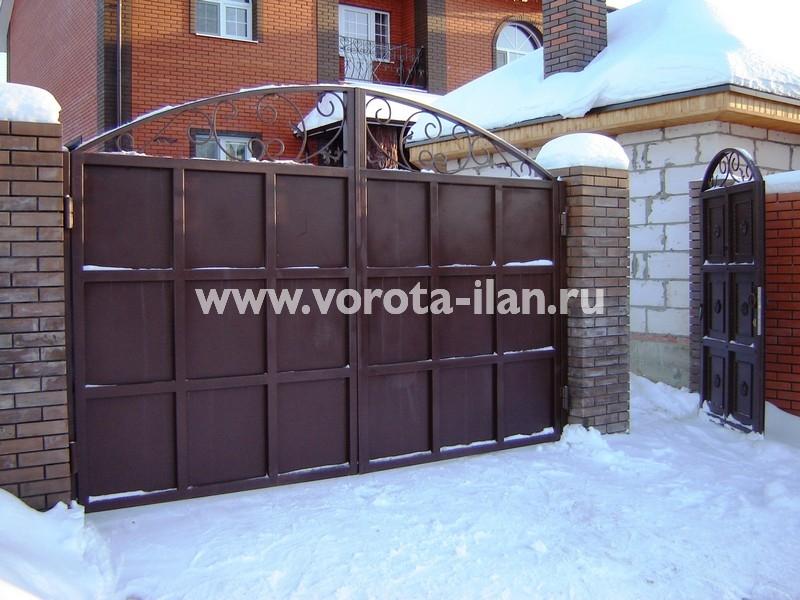 Ворота распашные тёмно-коричневые с декоративной отделкой_фото 2