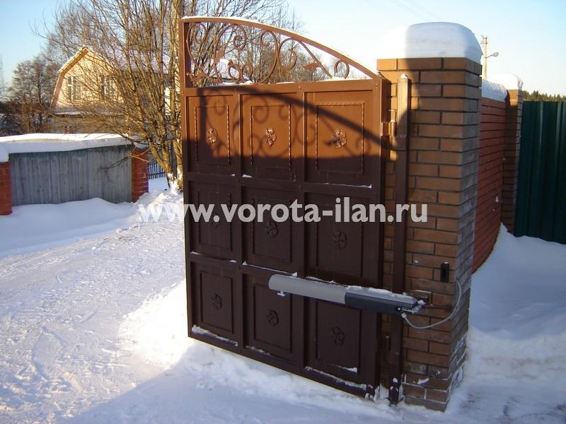 Ворота распашные тёмно-коричневые с декоративной отделкой_фото 1