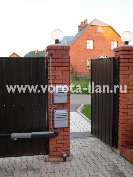 Ворота распашные с кирпичными столбами_фото 4