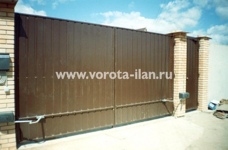 Ворота распашные коричневые со светлыми кирпичными столбами_фото 1