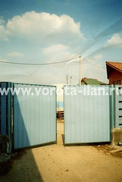 Ворота распашные_голубые_фото 1