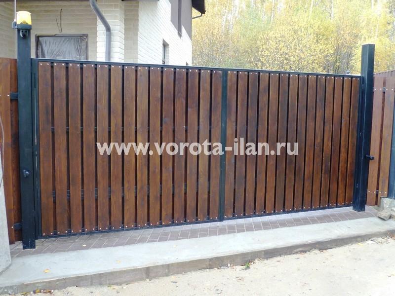 Ворота распашные_деревянная отделка_с сигнальной лампой_фото 2