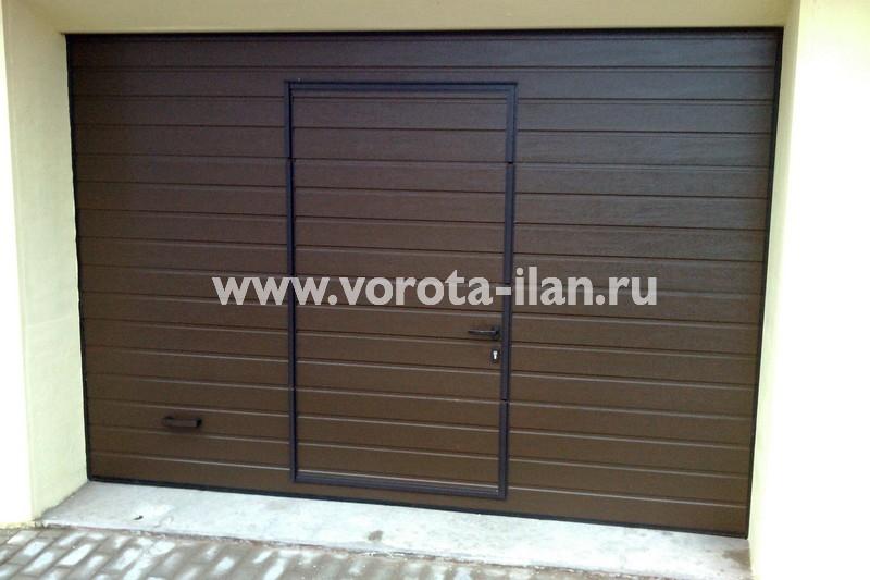 Ворота секционные гаражные_коричневые с калиткой_фото 3