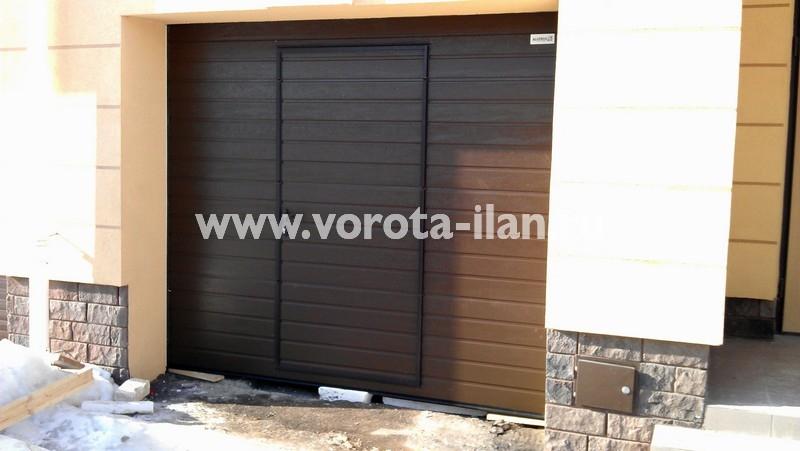 Ворота секционные гаражные_коричневые с калиткой_фото 2