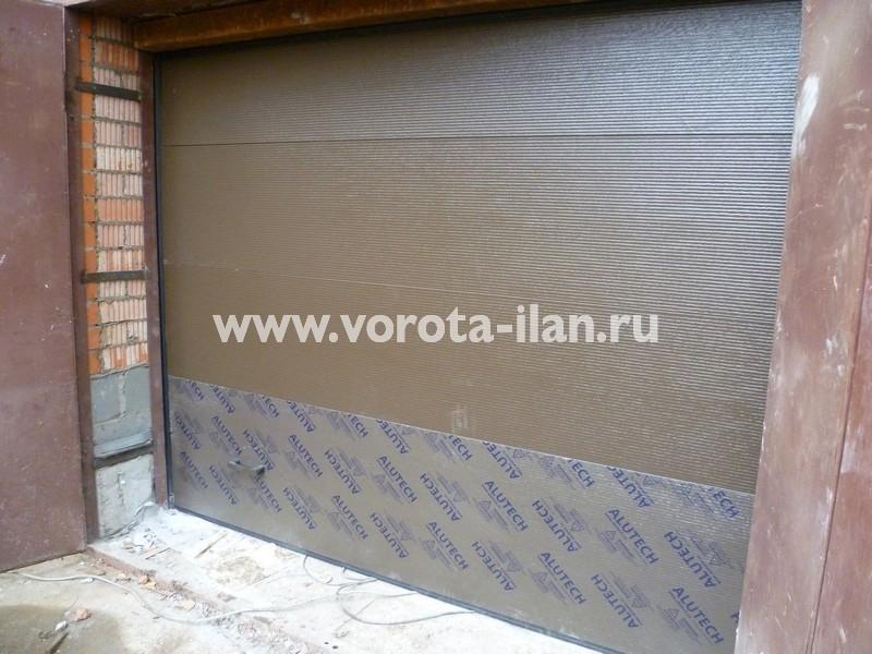 Ворота секционные гаражные_в процессе монтажа