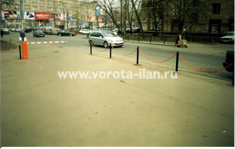 Москва_подъёмный шлагбаум на парковке перед баром Кружка